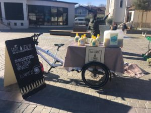La Corde à Linge vélo stand avec des visuels de cesdames