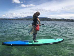 Marianne sur une planche, au milieu d'un lac vert