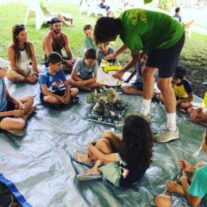 Les enfants apprennent à trier les déchets récoltés